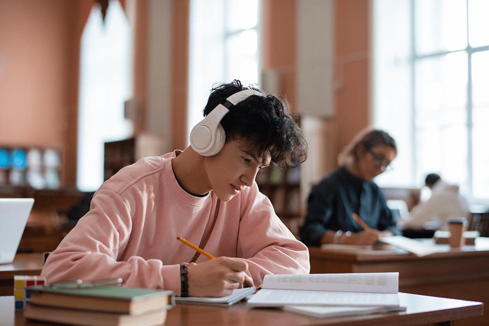 Ecouter de la musique en faisant ses devoirs - Le chemin de la reussite